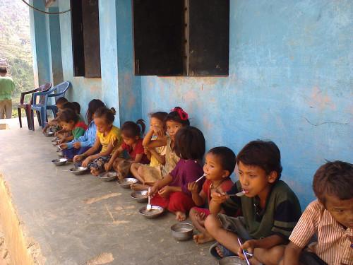 2014-06_Children eating khaja